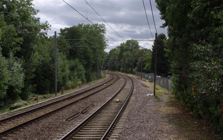 Looking west along the North London Line from the eastbound platform at Brondesbury By mattbuck (category) (Own work by mattbuck.) [CC BY-SA 2.0 (https://creativecommons.org/licenses/by-sa/2.0), CC BY-SA 3.0 (https://creativecommons.org/licenses/by-sa/3.0) or CC BY-SA 4.0 (https://creativecommons.org/licenses/by-sa/4.0)], via Wikimedia Commons